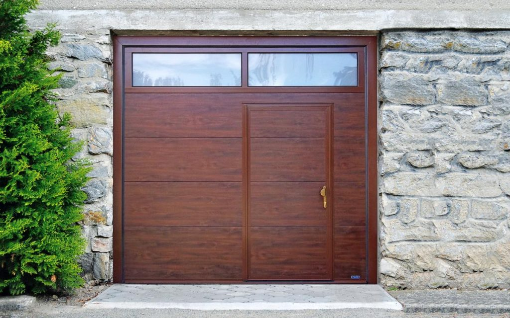 Garážová vrata můžete doplnit dveřmi i prosklením - design vrat je na vás, vyrobíme cokoliv