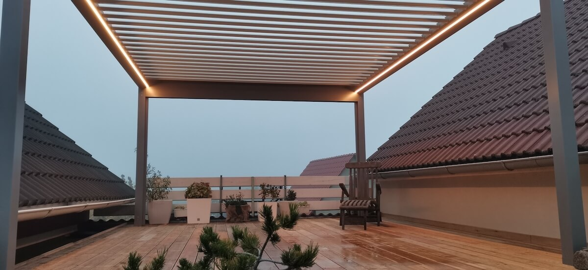 Samostojná pergola Artosi na terase mezi střechami. Večer soukromí, přes den výhledy