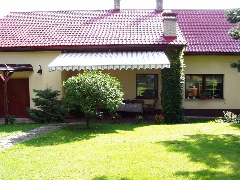 Dvoubarevná terasová markýza na zahradu s malým volánem