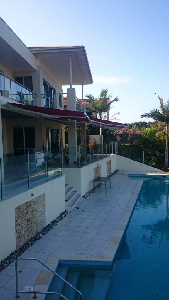 Díky šířce 7 m se Stela hodí i jako stínění venkovního posezení nejen u bazénu.