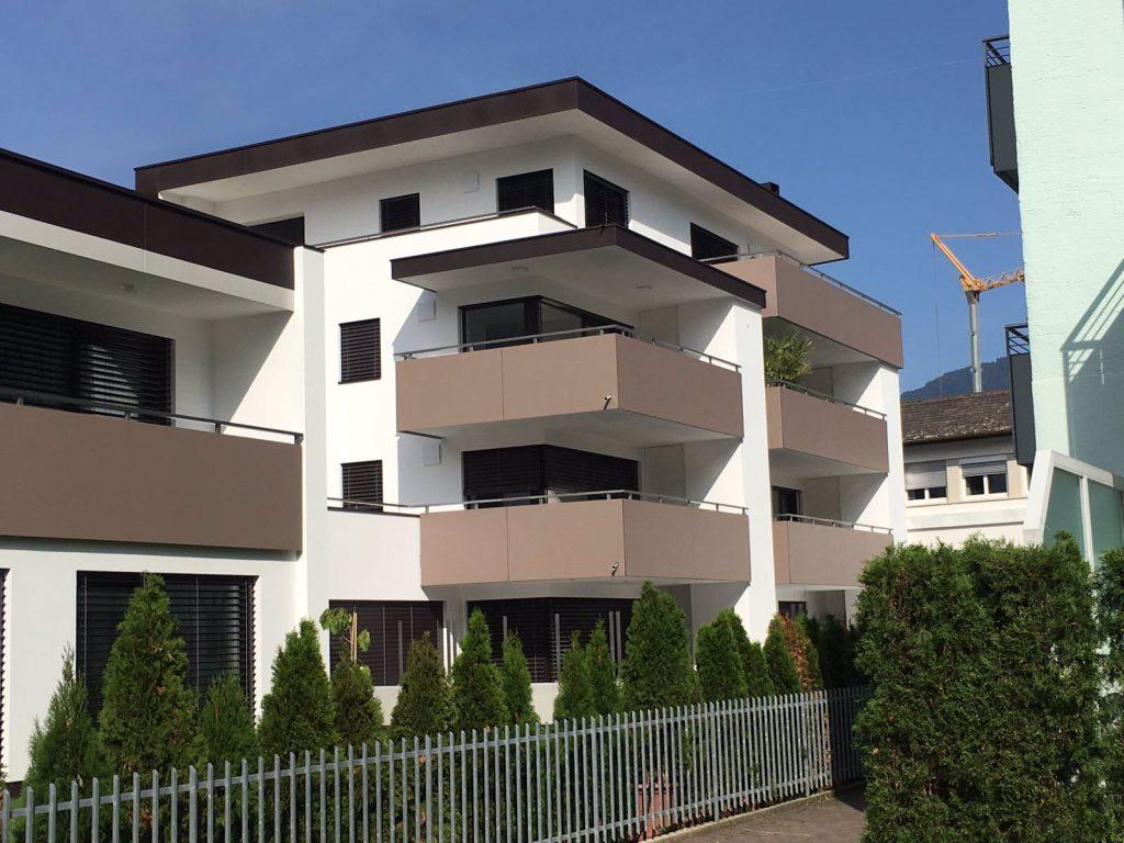 Instalovali jsme žaluzie Zetta v antracitové barvě i na bytové domy.